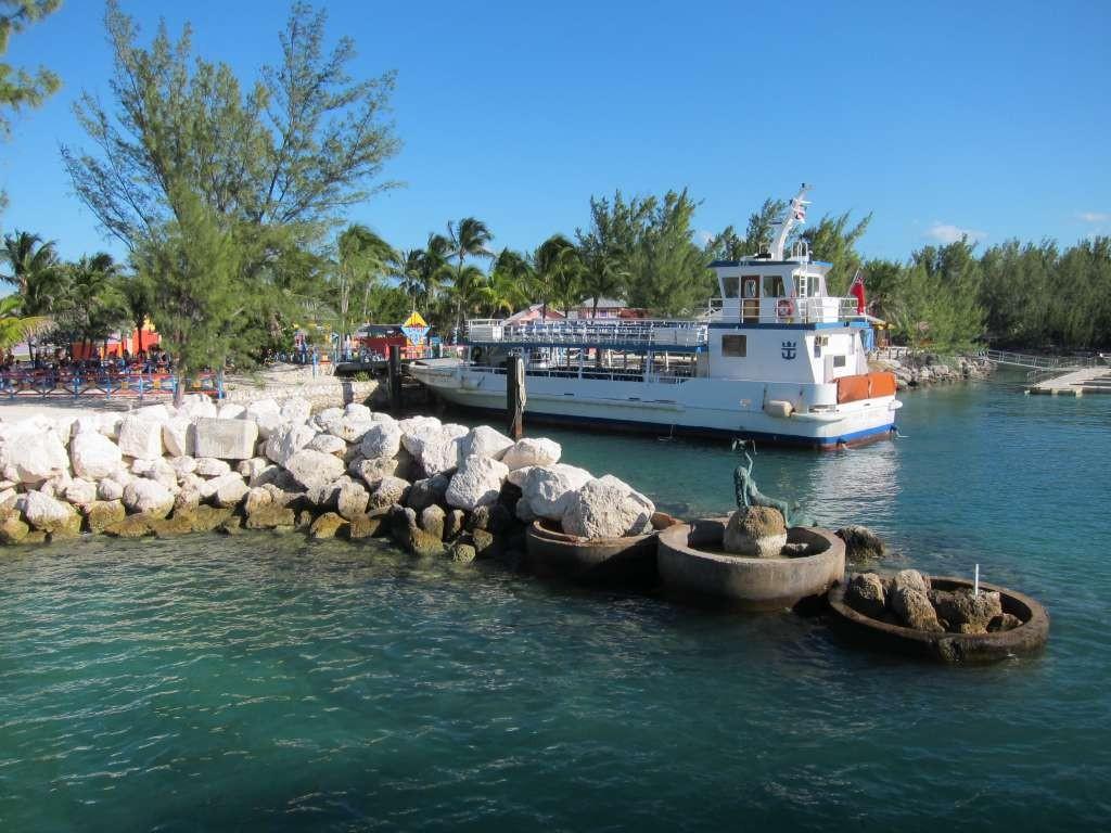 Coco Cutter atracado na entrada da ilha de CocoCay