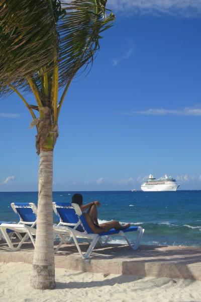 Relaxando em uma praia da Ilha de CocoCay - Bahamas