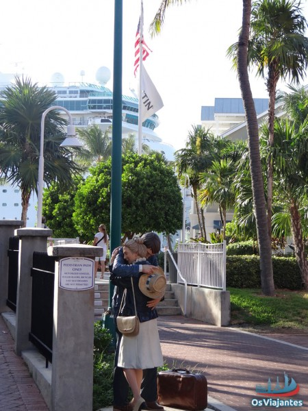 Sculpture-Couple hugging in front of the port of Key West