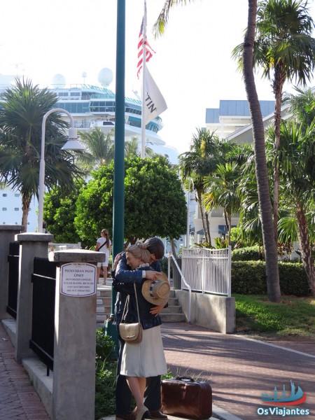 Escultura - Casal se abraçando em frente ao porto de Key West