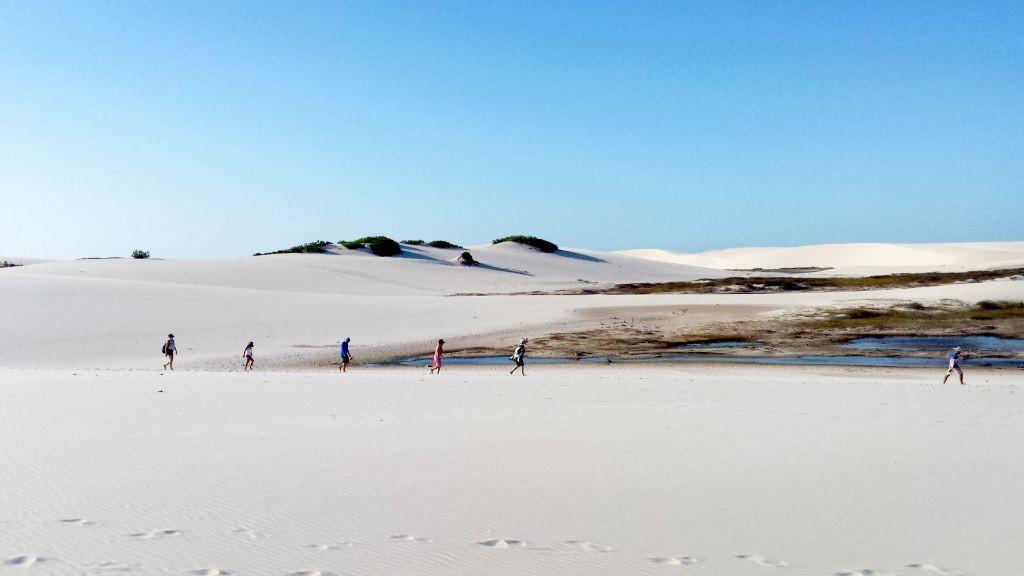 Lencois-Maranhences-Pessoas-Caminhando-Areia-Deserto