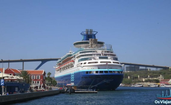 Navio Monarch atracado no porto de Curaçao