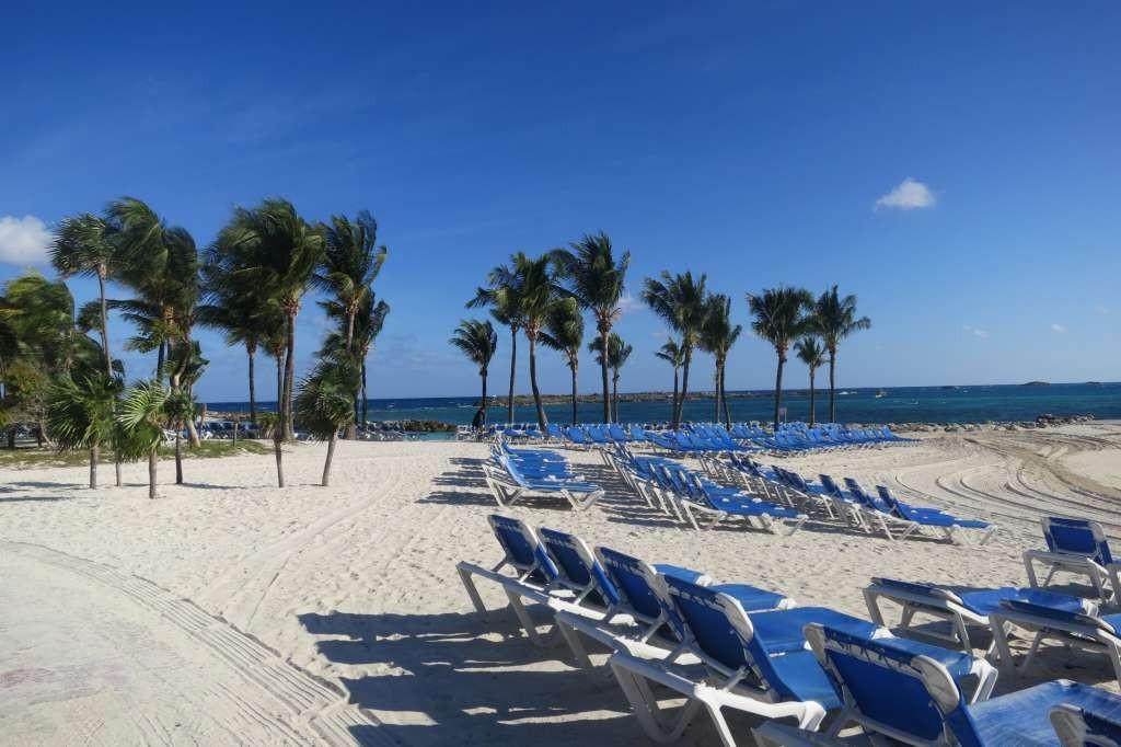 Espreguiçadeiras na praia da ilha de CocoCay - Bahamas